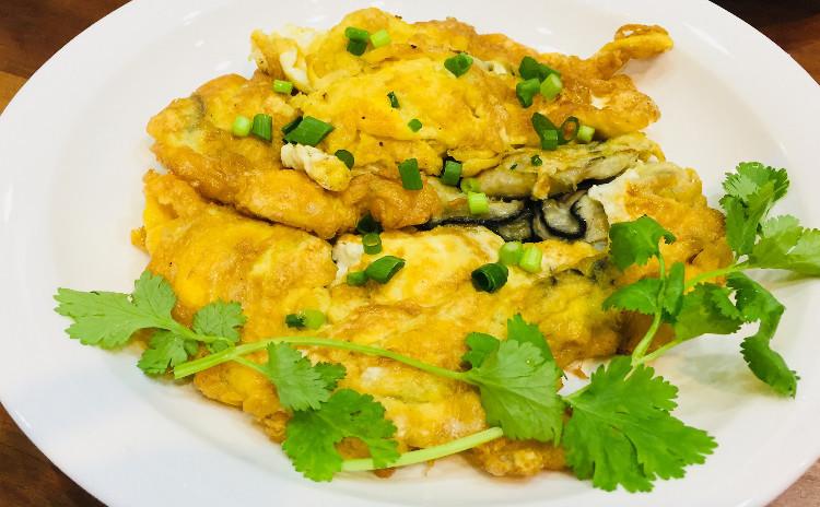 柔らかく煮た冬瓜のグリーンカレー、シーフードいっぱいのヤムウンセンと牡蠣の卵焼き