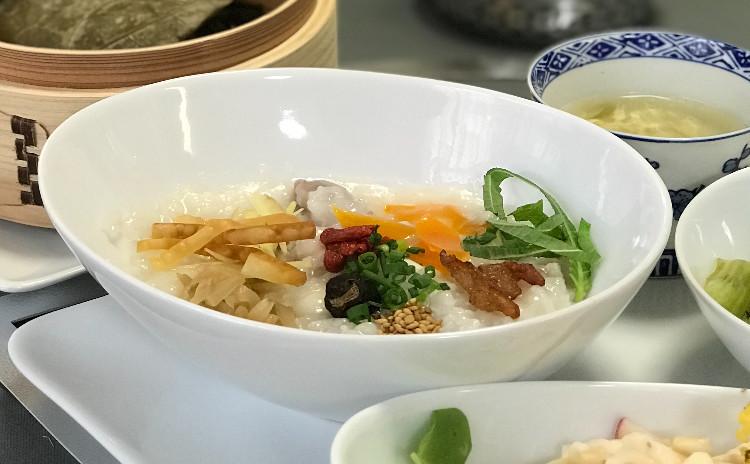 中華でおもてなし/地鶏の中華粥・豚肉の蓮の葉包み蒸し・牡蠣とレタスの紹興酒煮・むね肉と大根の和え物・デザート