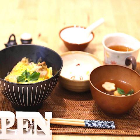 半熟卵のふわふわ親子丼/小松菜と油揚げの煮浸し/大根の葉と根の甘酢漬け/あっさり鶏肉のすまし汁