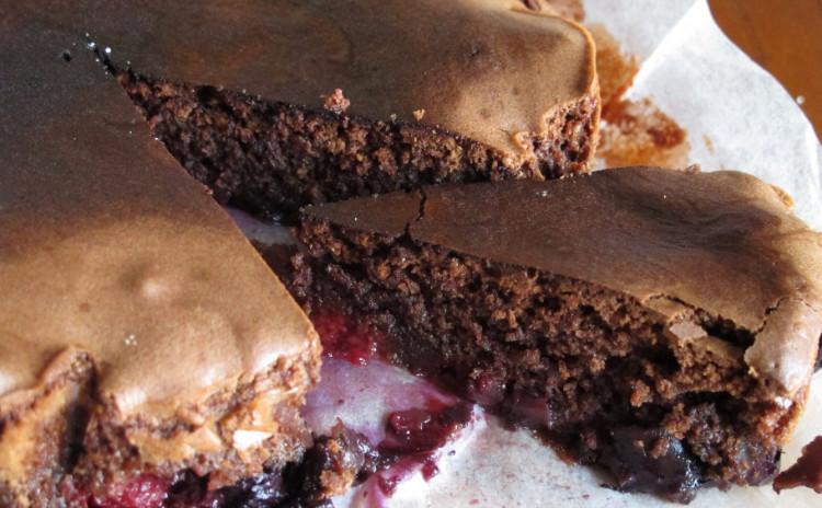 簡単カルボナーラ、ルッコラとパルミジャーノレジャーノを乗せたステーキ「タリアータ」、ベリーのチョコレートケーキ