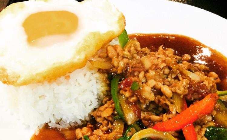 定番タイ料理。毎日食べても飽きないガパオライス、さっぱり白菜ロールスープ。デザートかぼちゃ団子ココナッツミルクしるこ