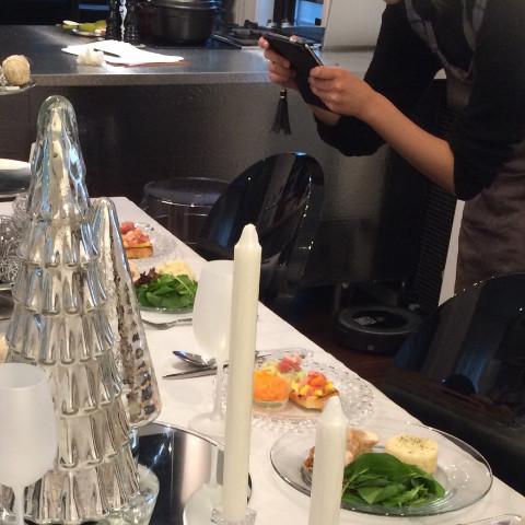 クリスマスのテーブルコーディネート、料理のレッスンの様子