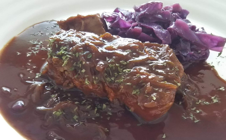Staubで作るフランス郷土料理♪ほろほろのお肉が絶品の豚肉のビール煮込みとリヨン風サラダ、オレンジ風味のクレープシュゼット