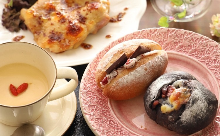 クランベリーとチョコの甘々パン2種類とハニーマスタードチキンとジンジャーミルクプリン