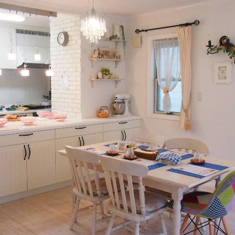 白い輸入住宅の自宅キッチン