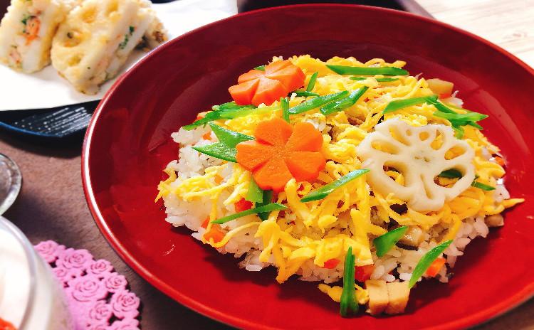 【ひな祭り*お祝い*おもてなしに】手作りのバラ寿司をメインに&海老と大葉のれんこん挟み揚げ&菜の花のお浸し&お吸い物とイチゴのムースの献立になります♪