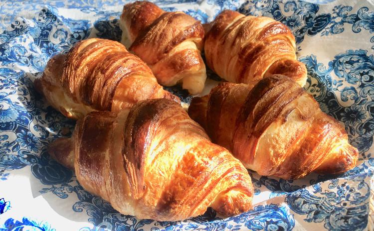 クロワッサン&パン・オ・ショコラ~フランスの家庭料理カスレとふわふわスクランブルエッグ~