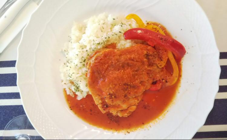 Staubで作る今注目のバスク地方の郷土料理!鶏のバスク風煮込みと常備菜にぴったりなエスカルゴバター&いちごのスープ濃厚バニラアイス添え♪
