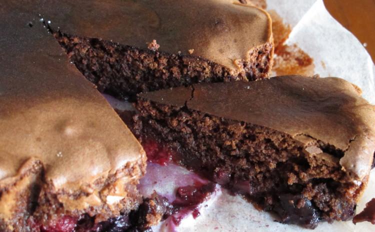 コルツェッティのジェノベーゼソース、ヤリイカのパン粉詰めオーブン焼き、ミックスベリーのチョコレートケーキ