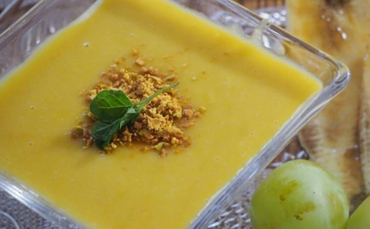 カオクルックスパイシーは、タイのハーブの混ぜご飯。炊いたジャスミンライスに混ぜるだけなのに、見た目はカフェ飯のような一皿に!焼き茄子のサラダと豆腐のチーズケーキマンゴーソースもご紹介♪