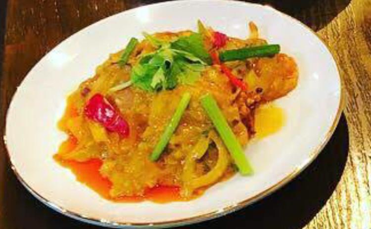 お家でレストラン。タイ料理名物ソフトシェルクラブのプーパッポンカリー&春雨のサラダ&海老すり身揚げ