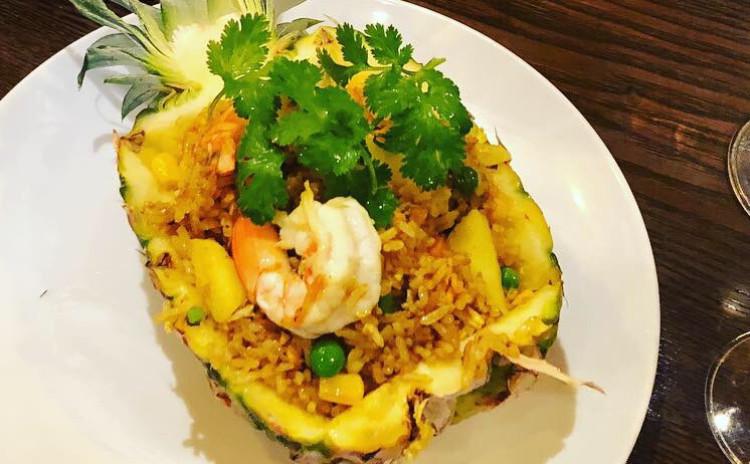 お家でレストラン。パイナップル使って軽食から炒飯まで作るオリエンタル気分。