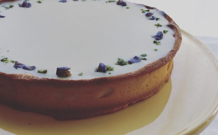 カシスとスミレのタルト✿タルト生地に仏産のカシスのピューレとリキュールのアパレイユを流し、表面はホワイトチョコレートのガナッシュで仕上げます。ほんのりスミレの香りです。