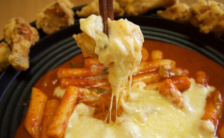 チーズトッポギとフライドチキン、サムギョプサルキンパ他1品
