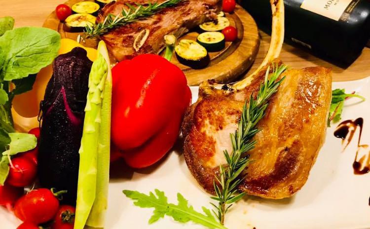 プロの料理人から料理のアドバイスをもらいながら美味しいご飯を食べましょう!(料理教室も少人数で開催中)