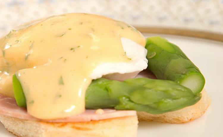 作りたてのオランデーズソースを堪能!パリのエッグベネディクトとクリームチーズケーキ