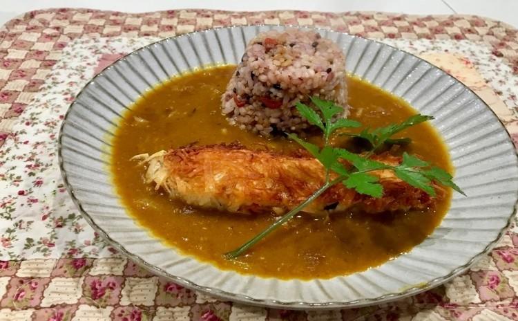カリカリの白身魚のフリットと旨味たっぷりの和カレー らっきょう入りの雑穀米ご飯添え 食感・香り・旨味で味わいます。