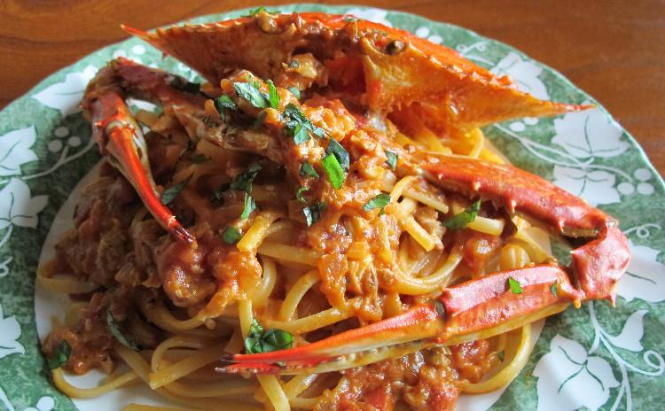 渡り蟹のトマトクリームパスタ、魚介のフリット、イチゴのティラミス