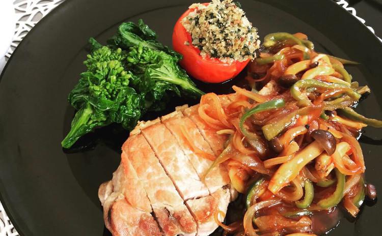 簡単だから何度でも 春の洋食メニュー ポークソテーのナポリタンソース添え、菜の花のオイル煮、春色のコールスロー等