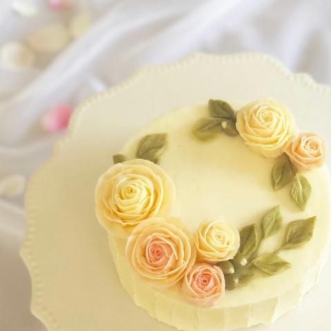 淡いバラのフラワーケーキ