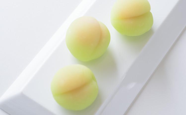5月/季節の和菓子さっぱりあんず餡!「四葩(よひら)」錦玉製と「青梅」(包み外郎製)