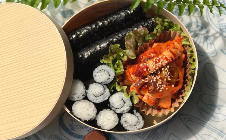 コチュジャンプルコギ、チュンムキンパ、大豆もやしスープ、小松菜ナムル、果物サラダ等