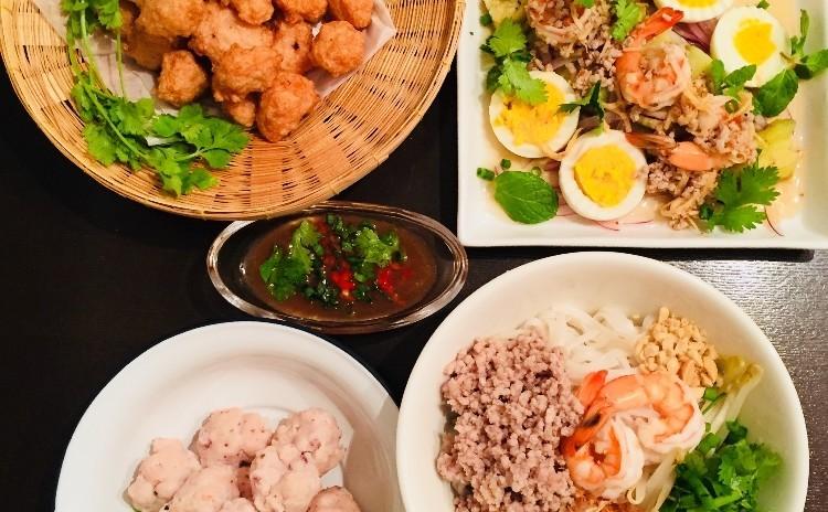 タイの屋台料理 センレックヘン(汁なしビーフン)、ルークチントード(すり身揚げ団子)、ムーピン(豚串焼き)