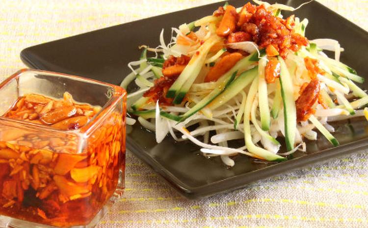 「柿ピーの食べるラー油」とピリ辛サラダ