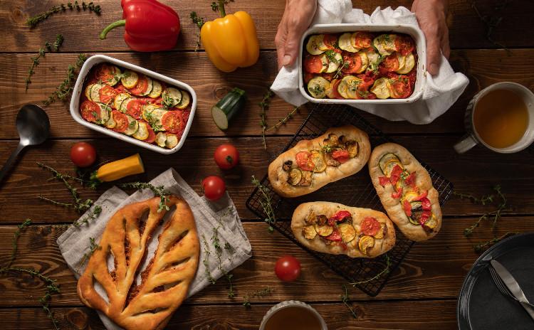 自家製酵母パン!アンチョビオイルで2種類、アンチョビ&チーズのフーガス、カラフル野菜とアンチョビのフォカッチャ、カラフル野菜のオーブン焼きラタトゥイユ