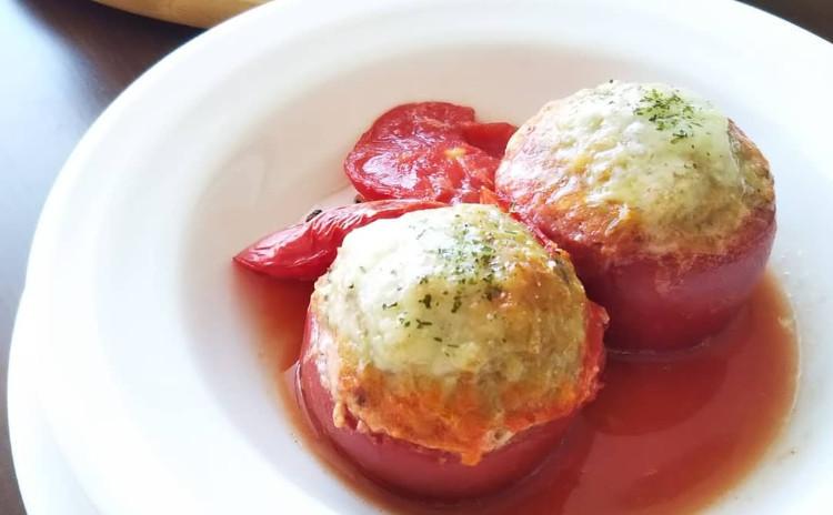 夏のおもてなしにぴったり!南フランスの家庭料理トマトファルシ、マグロとアボカドのタルタル、旬のもものコンポート♪