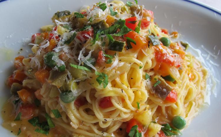 手打ちパスタを作ろう。細い卵麺のタリオリーニ、彩り豊かな野菜のソース。