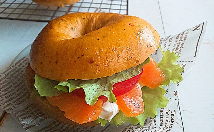 トマトベーグルと黒胡麻きなこプチパン