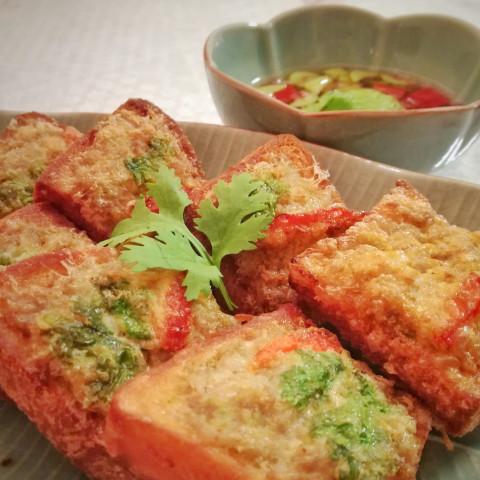 カノムパン・ナームー(豚肉のせ揚げパン)
