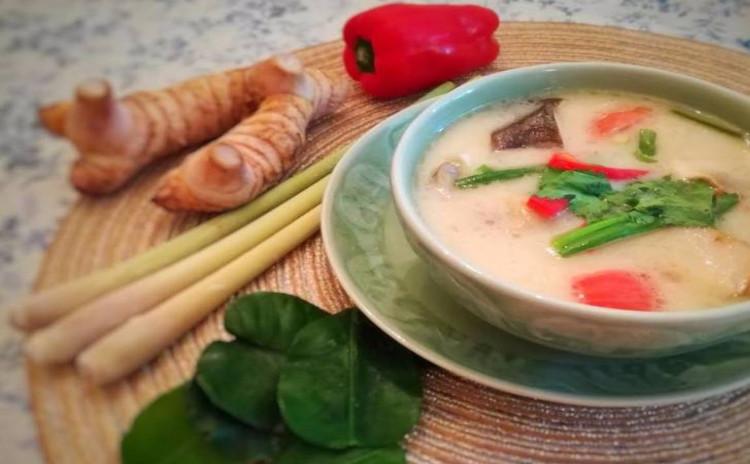 ハーブたっぷり!美味しいタイのチキンココナッツミルクスープ(トムカーガイ) & パイナップルチャーハン