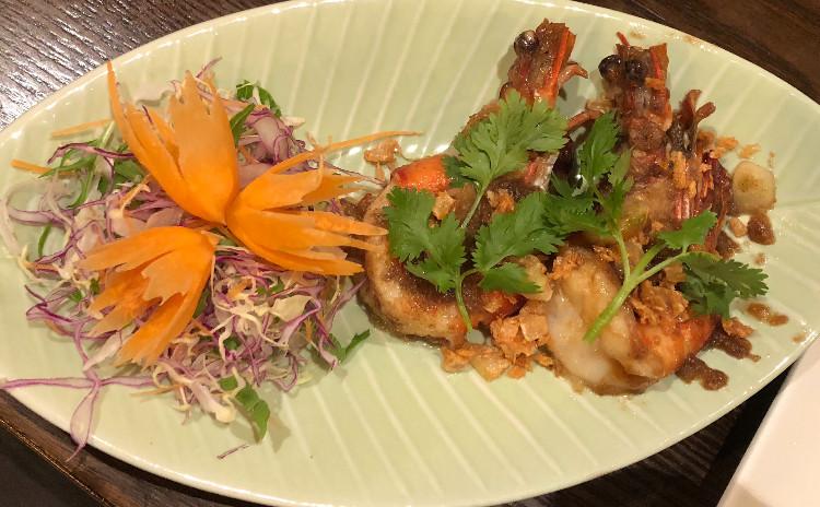 お家でレストラン。ブラックタイガーのにんにく揚げ&ライム香り蒸し魚&タイ風醤油焼きそば。
