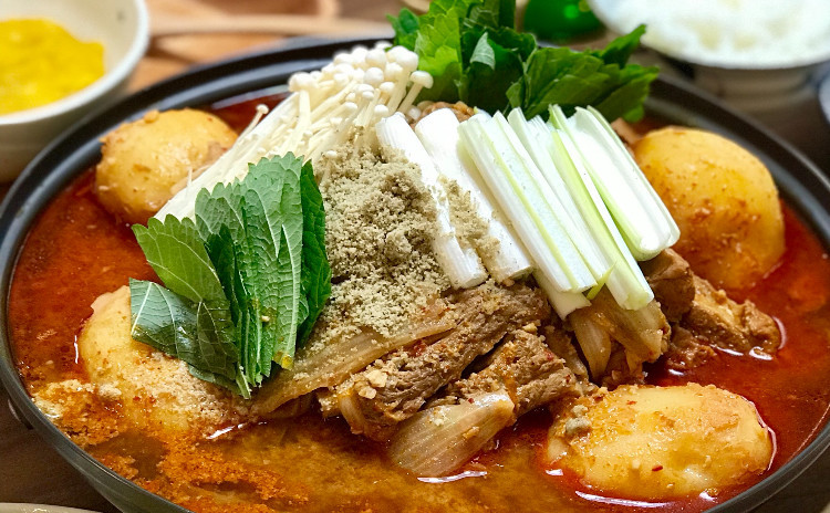 カムジャタン、白菜キムチ、韓国風卵焼き、ヒラタケナムル、ほばっじゅくなど