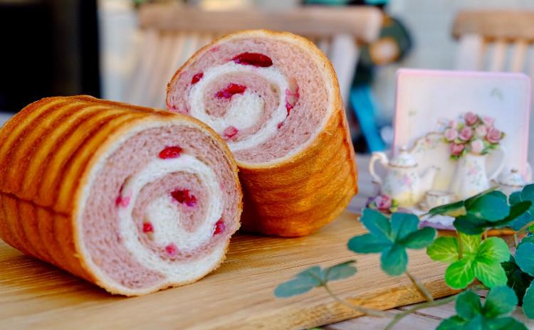 ラウンド型でクルクルパンを作りましょう!抹茶かストロベリー🍓選んでくださいね。ランチ&デザート付きです💕