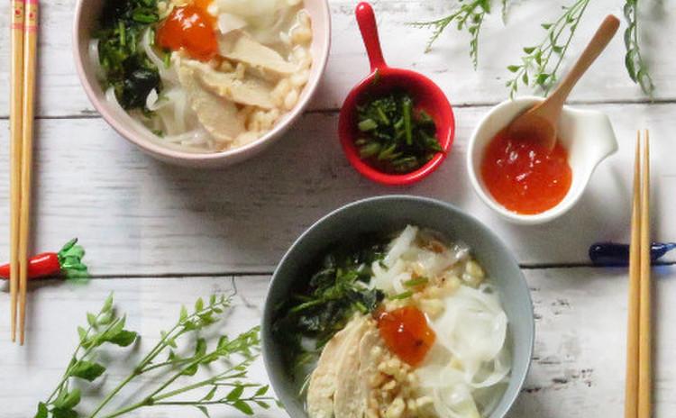 《ベトナム》手づくりスイートチリ付き鶏出汁スープのフォー