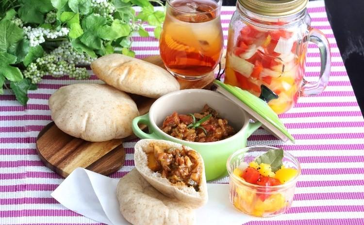 全粒粉入りピタパン&夏野菜カレー、パプリカと玉ねぎのピクルス ♪