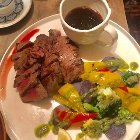 松坂牛のステーキ オニオンソース&野菜のグリル バジルソース