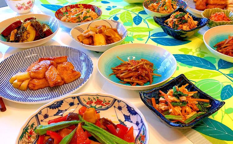 日程追加!つくりおきレッスン!夏野菜のマリネ・まぐろのこっくり甘辛竜田揚げ・鮭のふりかけ・厚揚げと豚バラのカレー煮・切り昆布とさつまいもの煮物・鶏胸肉とほうれん草のヘルシーサラダなど7品!セミプライベートレッスンの実習スタイルでお1人ずつお作りいただけます。