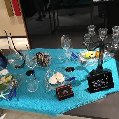 クリスタルガラス食器の展示