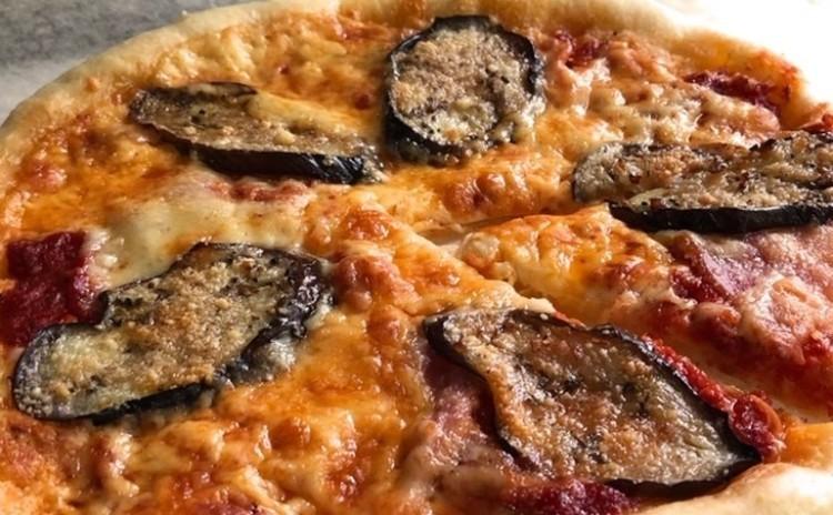 夏はテラスでビヤガーデン❣のためのレシピ♪スパイシーフライドチキンと焼きナスのピザ♪ごちそうドレッシング