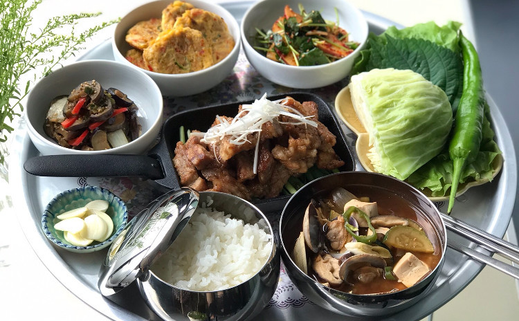 本場の焼肉 デジカルビ、テンジャンチゲ、ナスの韓国風炒め、ツナジョン、三つ葉ナムルなど
