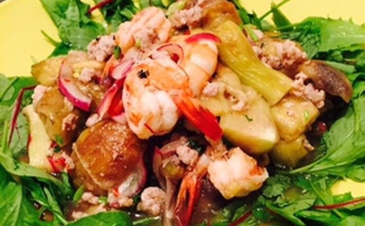 夏野菜でさっと作れる本格タイ料理🇹🇭サラダ&スープ、メインは柔らか豚肉のレッドカレーです。