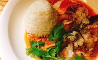夏野菜でさっと作れるサラダ&スープ、メインは柔らか豚肉のレッドカレーです。
