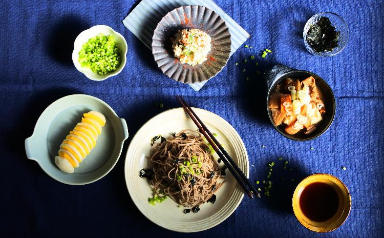 家で出来立てを楽しむ♪ 手打ち蕎麦と居酒屋風3種のおつまみ(モツ煮込み、おからのポテサラ風、柿と蕪の漬物サラダ))