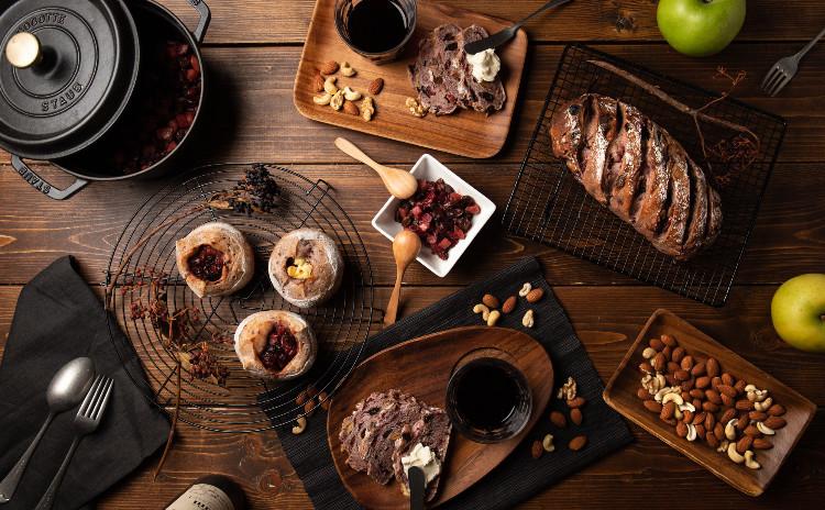 自家製酵母パン!贅沢赤ワイン仕込みの二種、ドライフルーツ&ナッツ、りんごとベリーの赤ワイン煮&クリームチーズ、りんごとベリーの赤ワイン煮のお土産付き!