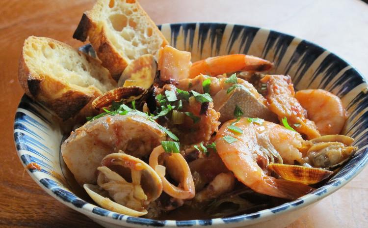 パスタコンレサルデ、魚介の煮込みカッチュッコ、イチゴのティラミス