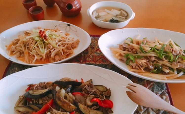 豚肉チンジャオロース、挽肉ともやしみそ炒め、牛肉甜麺醤炒め、中華おこわ、チンゲン菜スープ、杏仁豆腐、中国茶